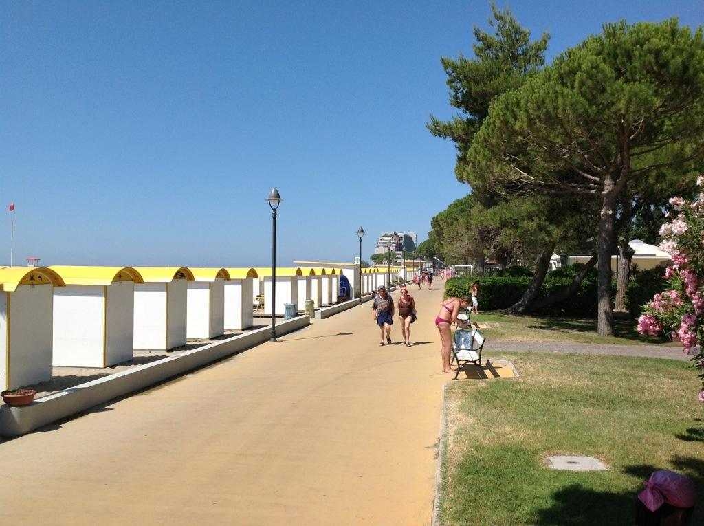 Passeggiata lungo spiaggia
